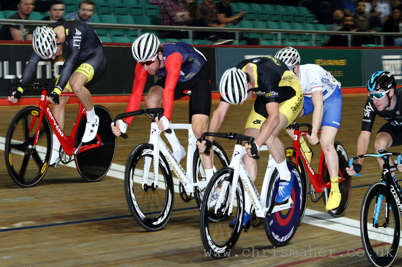 Andy Tennant takes the UCI Elite Scratch Race... in a 5 way sprint across the line!